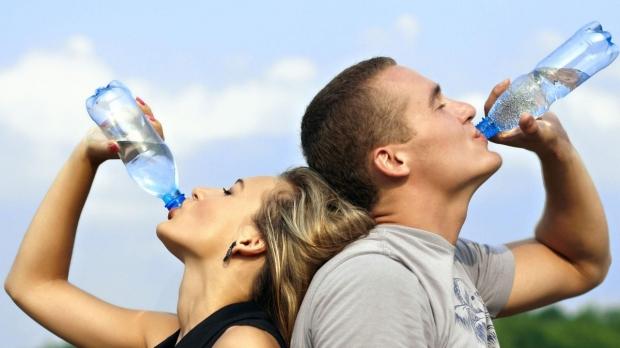 Homem-e-Mulher-Bebendo-Agua.jpg